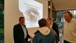 Michael Fritsch (links) mit Besuchern in der Diskussion nach der Veranstaltung.